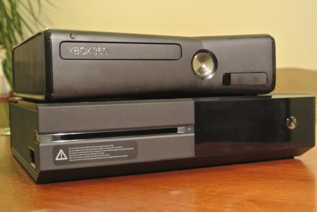 Xbox One (na dole) i Xbox 360
