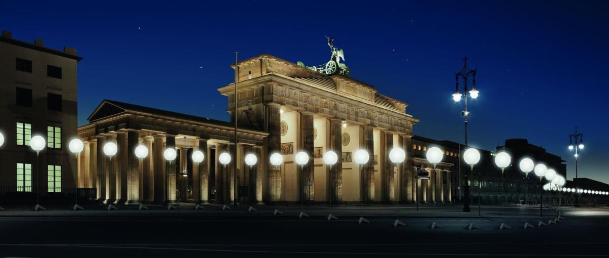 Zobacz fenomenalną instalację świetlną upamiętniającą zburzenie Muru Berlińskiego