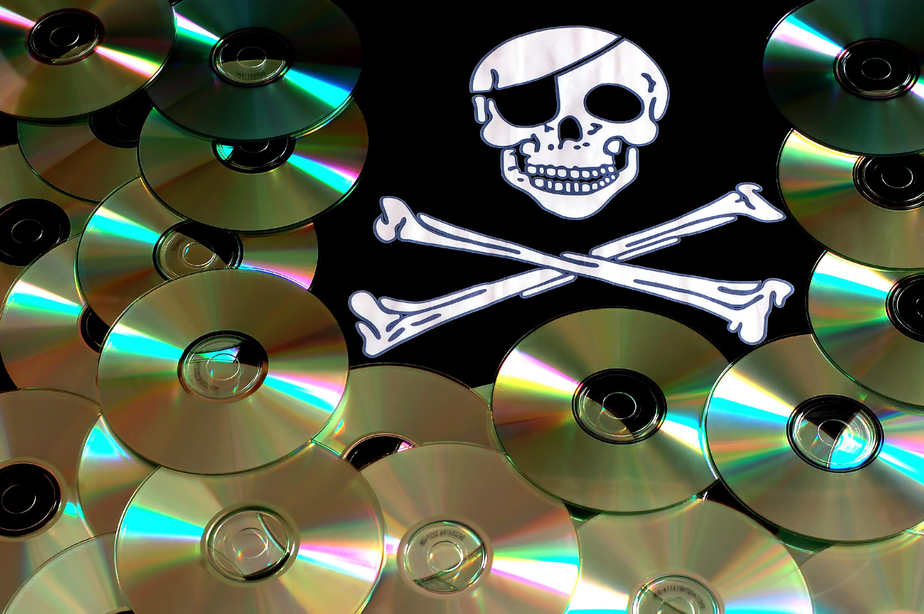 Od ludzkich sieci P2P do internetowej swobody – historia piractwa w pigułce