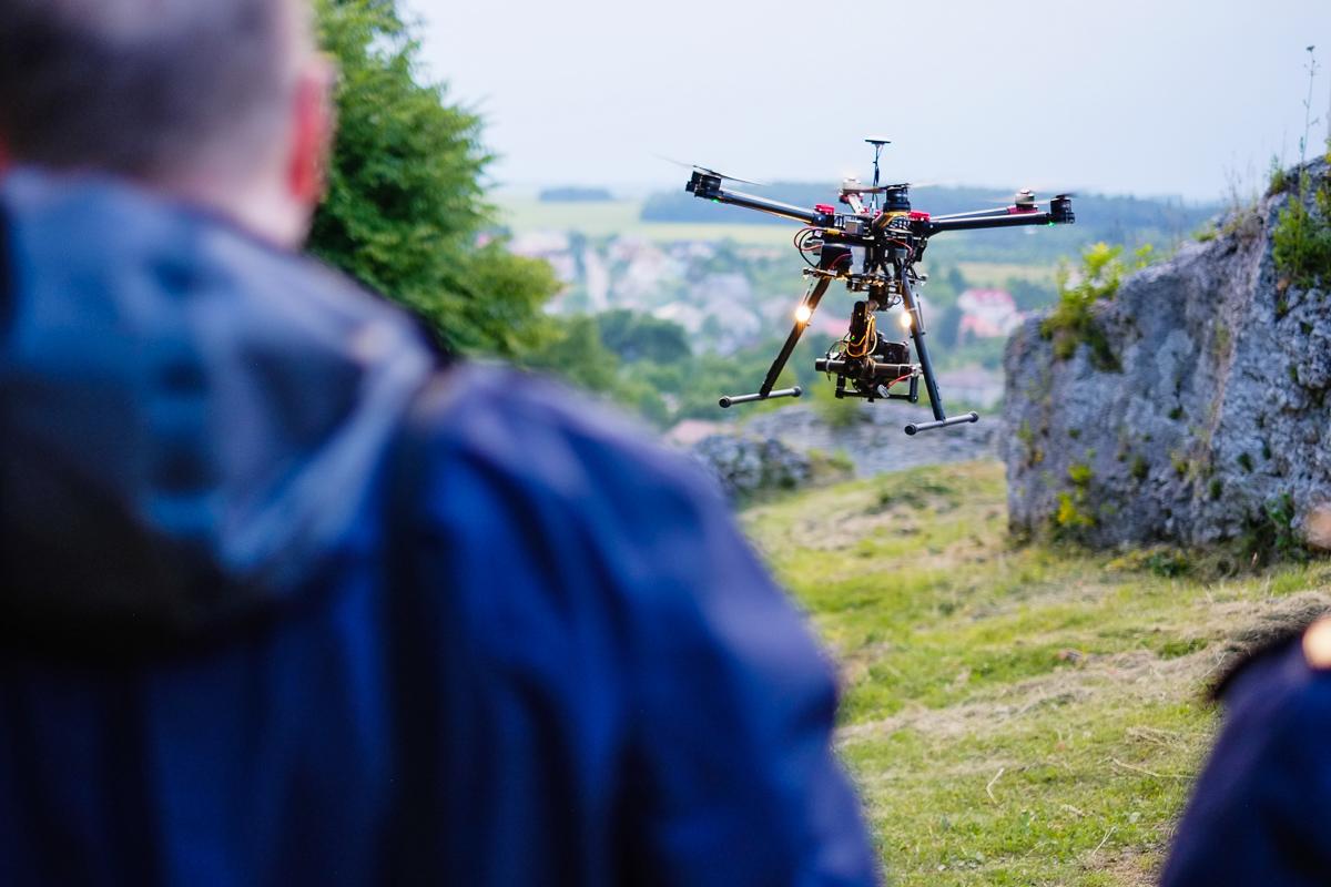 Te drony potrafią same zbudować most, po którym mógłbyś przejść