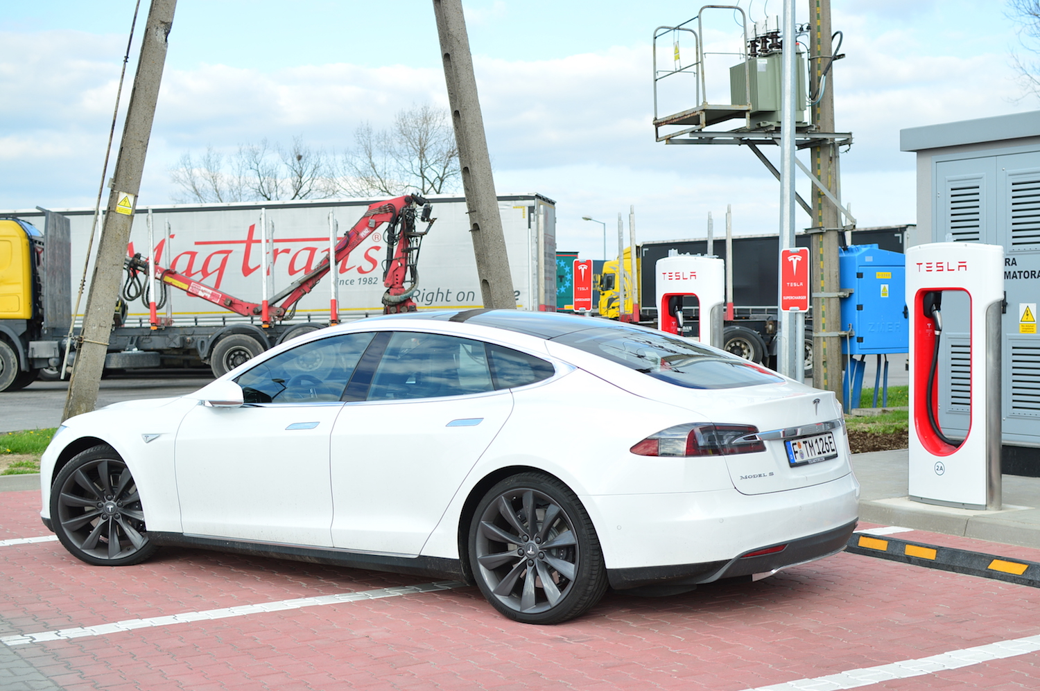 tesla model s wroclaw supercharger 17