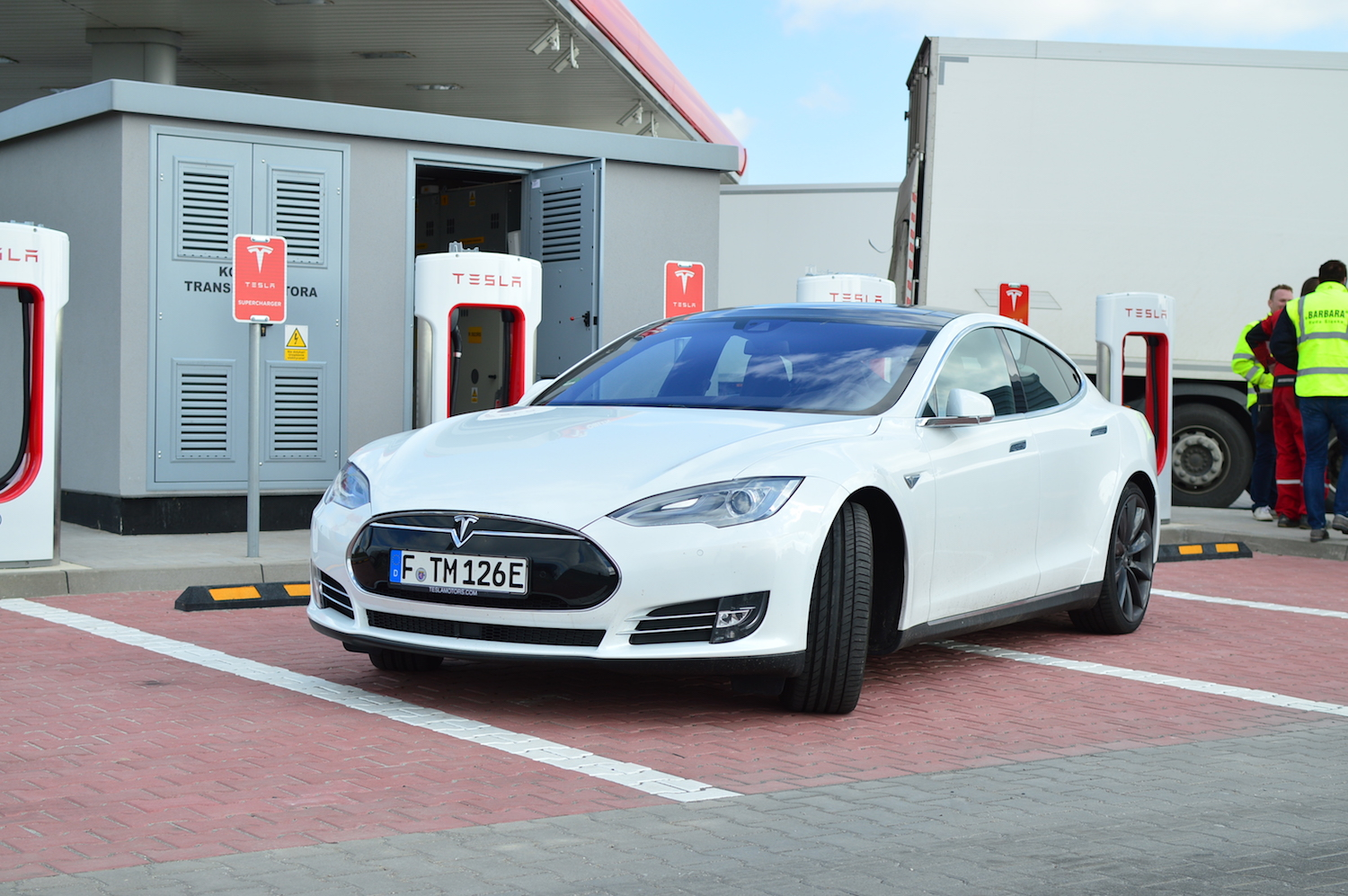 tesla model s wroclaw supercharger 2