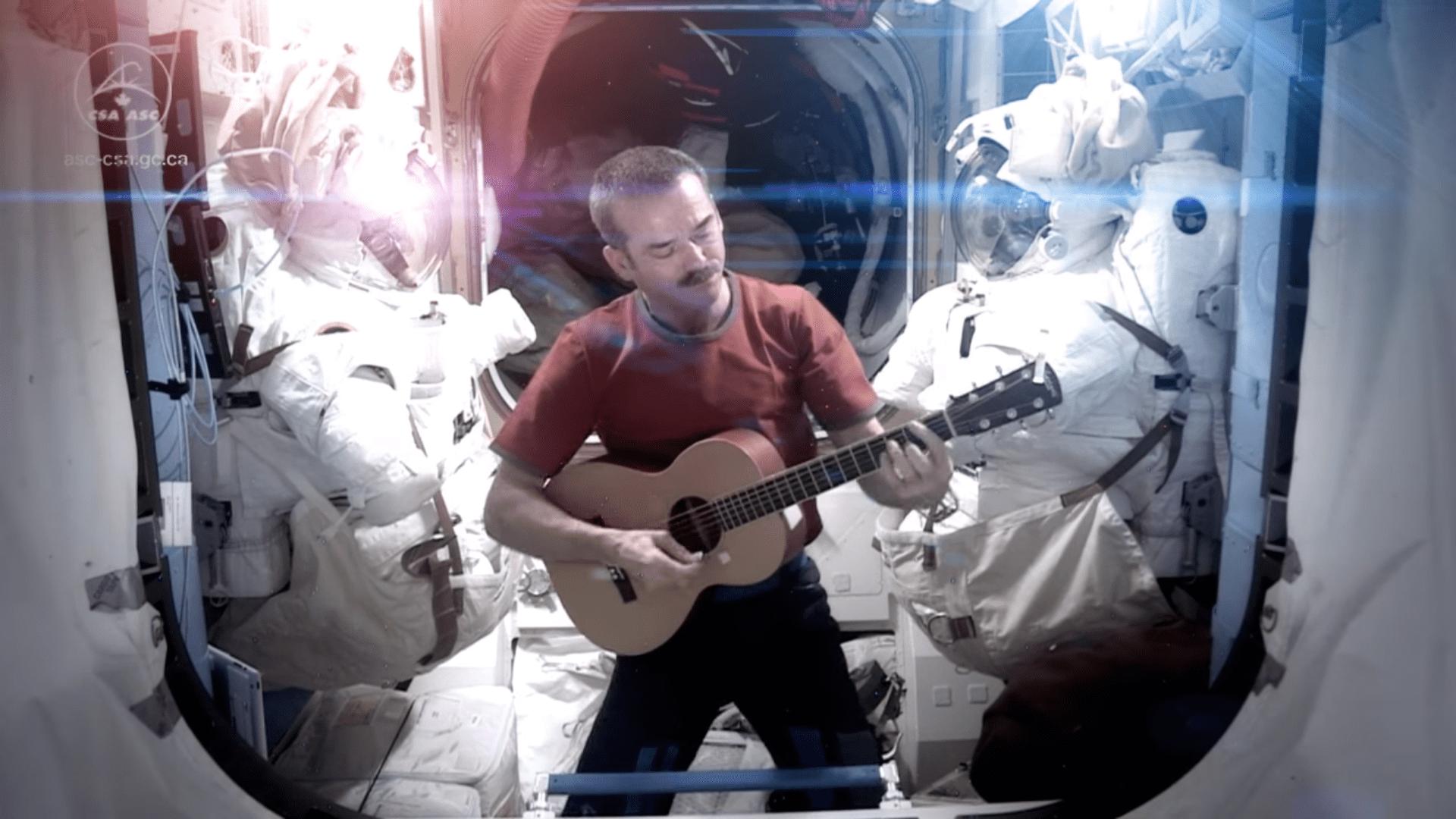 """Kanadyjczyk w kosmosie, czyli """"Kosmiczny poradnik życia na Ziemi"""" – recenzja książki"""