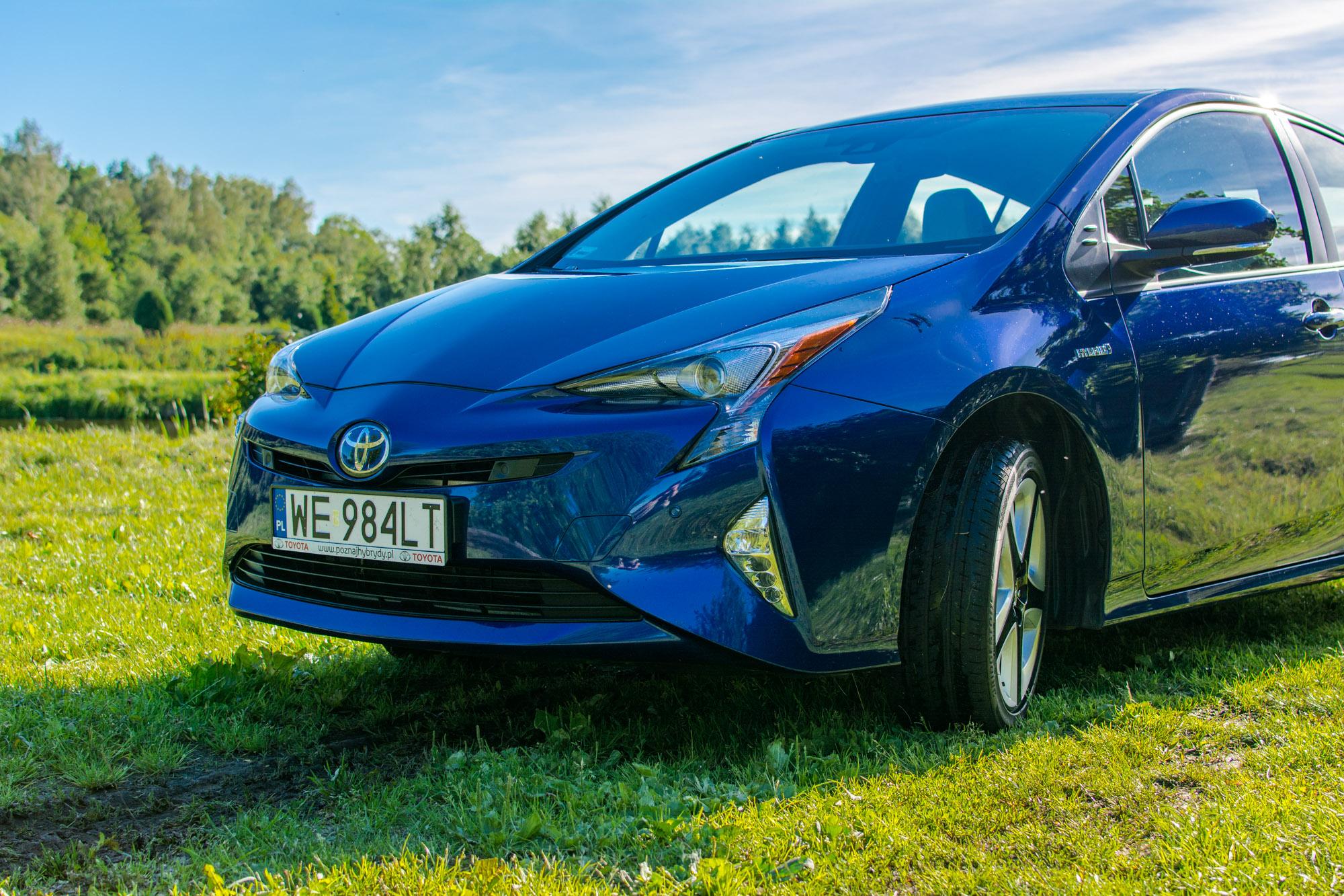 Toyota-Prius-trawa-3