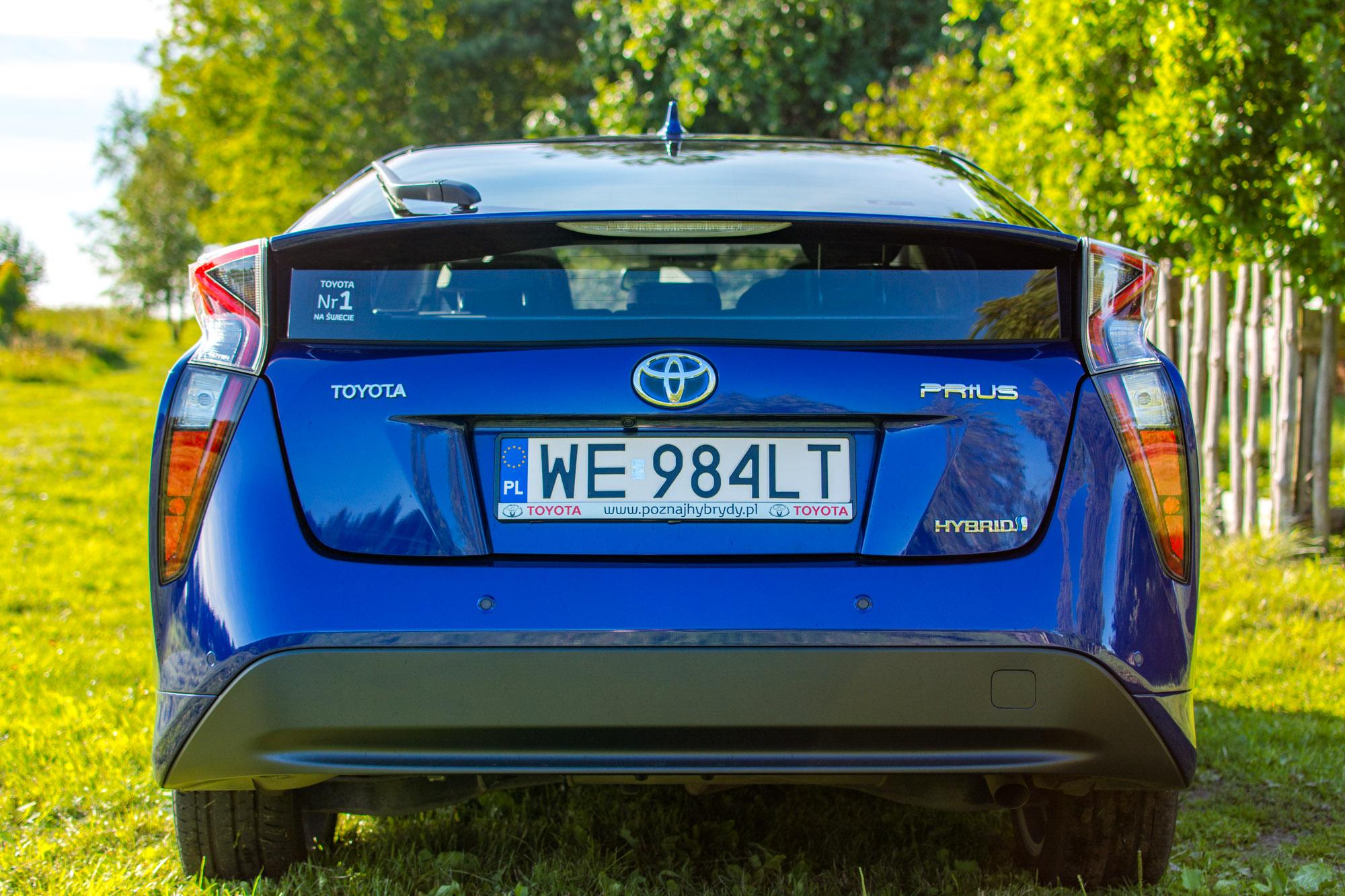 Toyota-Prius-trawa-9