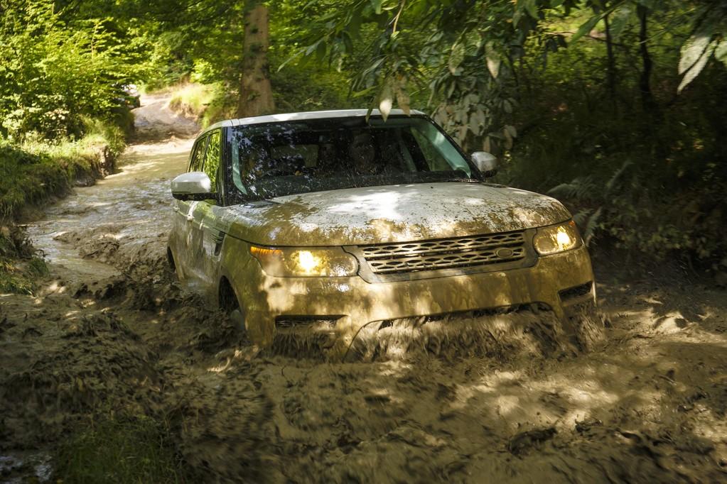 Autonomiczny Land Rover nie musi znać sieci dróg. Pojedzie tam, gdzie ich nie ma