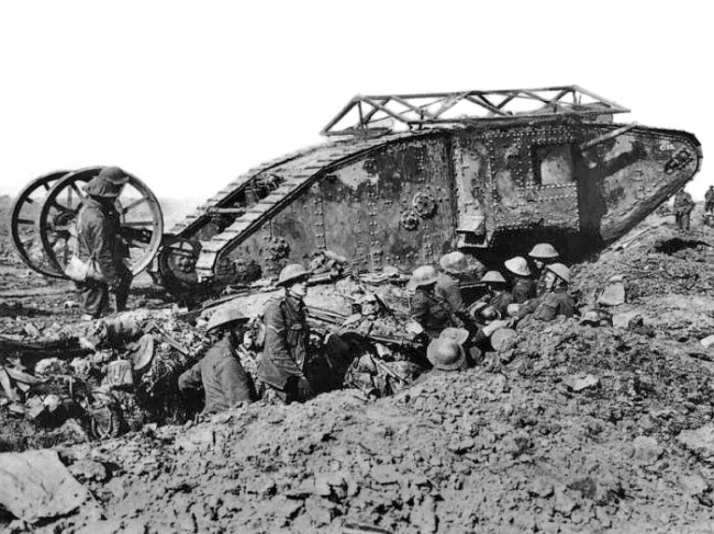 Mark I. Źródło: https://pl.wikipedia.org/wiki/Mark_I#/media/File:British_Mark_I_male_tank_Somme_25_September_1916.jpg