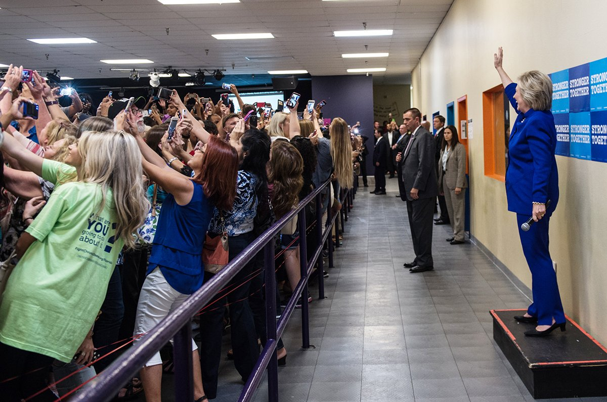 clinton-selfie-people