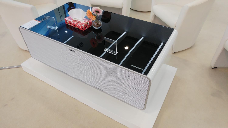 Oto głośnik w lodówce, która jest w stoliku. Brzmi dziwnie, ale przyda się na imprezie