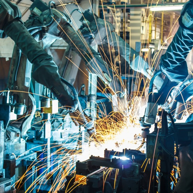 Roboty i maszyny, wykorzystywane w przemyśle motoryzacyjnym, odbierają pracę ludziom.