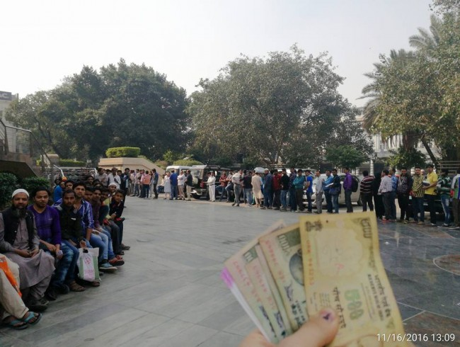 Kolejka do banku w Delhi, autor Marcin Szczurski