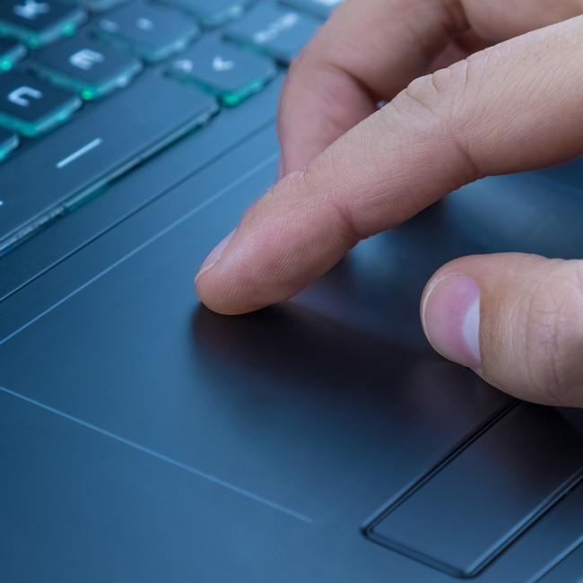 Gesty wykonywane na touchpadzie czterema palcami umożliwiają szybki dostęp do dodatkowych funkcji systemu Windows 10.