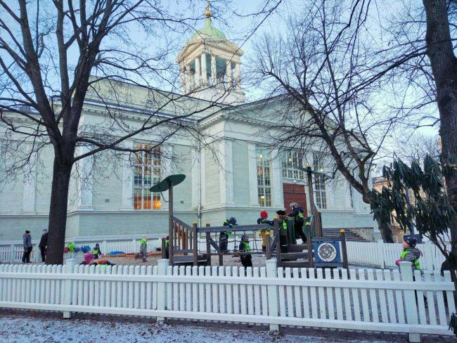Helsinki - dzieci bawią się pod okiem nauczyciela nawet przy minusowych temperaturach.