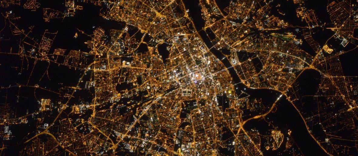 Zdjęcie dnia: dobry wieczór, Warszawo, z Międzynarodowej Stacji Kosmicznej!