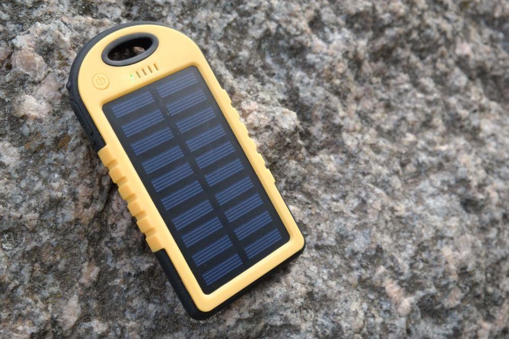 Już w najbliższy poniedziałek do sklepów Biedronka trafi Hykker Powerbank Solar 4000. Jest to kosztujący 49,99 zł akumulator wyposażony w panel słoneczny. Sprawdziliśmy, czy warto rozważyć jego kupno.