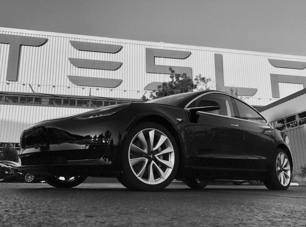 Tak wygląda pierwszy produkcyjny egzemplarz Tesli Model 3