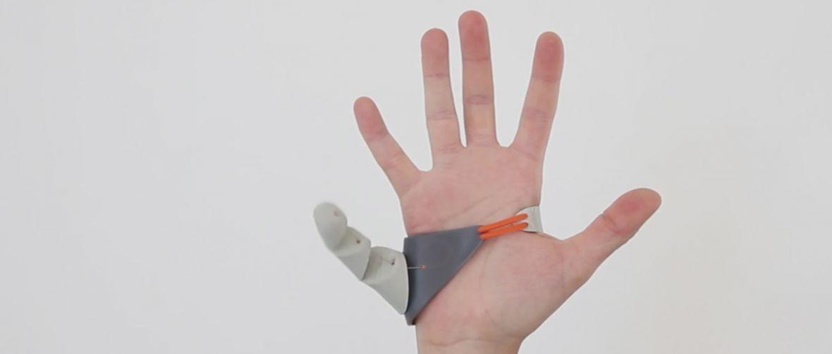 Student zaprojektował trzeci kciuk, który pomoże… obsługiwać smartfony z wielkimi ekranami