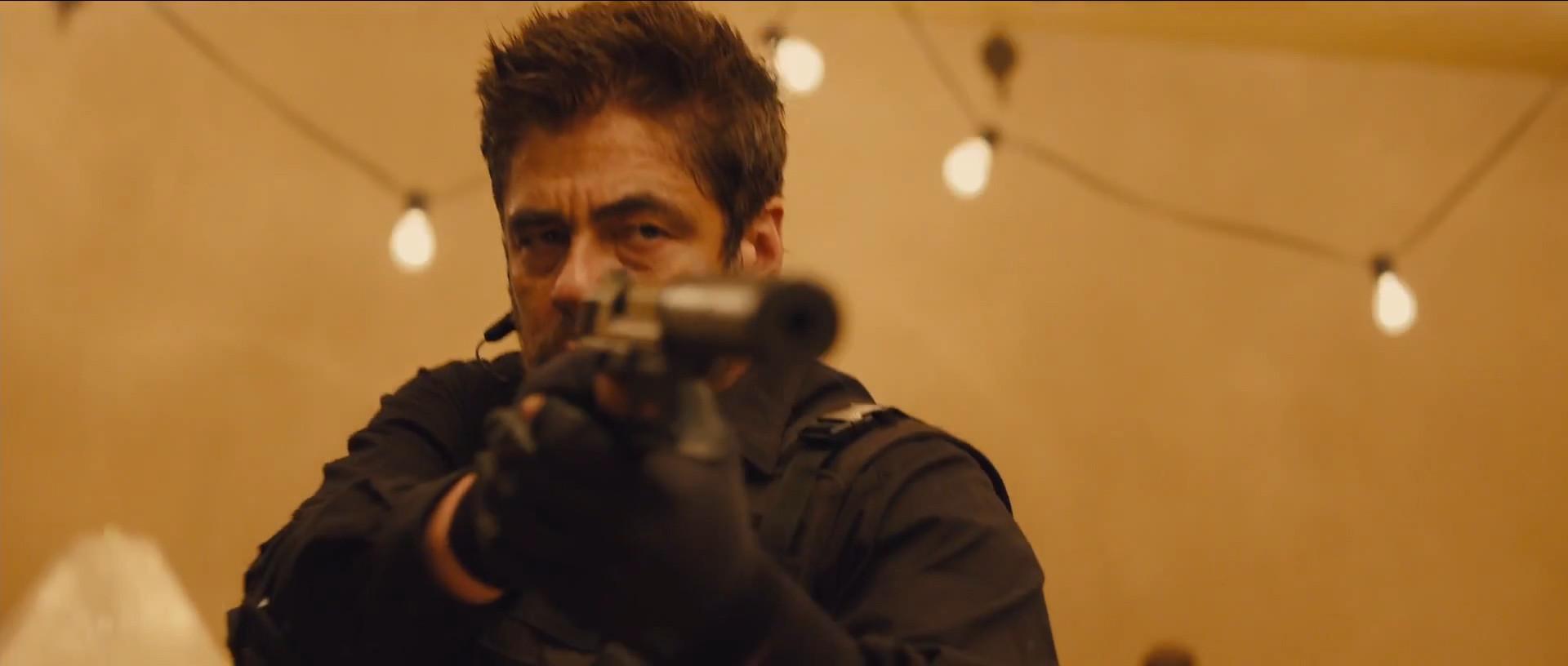 """""""Sicario"""" to """"True Detective"""" wielkiego ekranu. Świetne kino akcji, które gra widzem"""