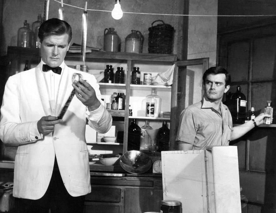 Roger Moore poza Bondem