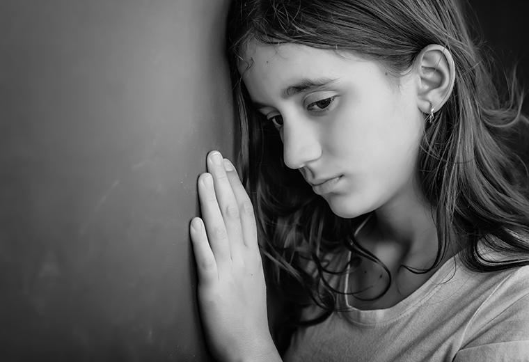 Jak rozpoznać depresję u dzieci i młodzieży, a jak u osoby dorosłej? – typowe objawy i skutki nieliczenia