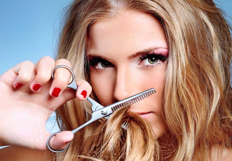 Włosy suche - gdyby wierzyć telewizyjnym reklamom, jedyną metodą na naprawdę piękne włosy...