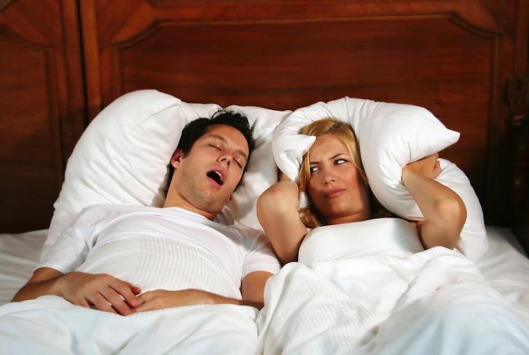 Jeśli chrapiemy, prawdopodobnie udaje nam się spać znacznie lepiej niż osobie leżącej u naszego boku