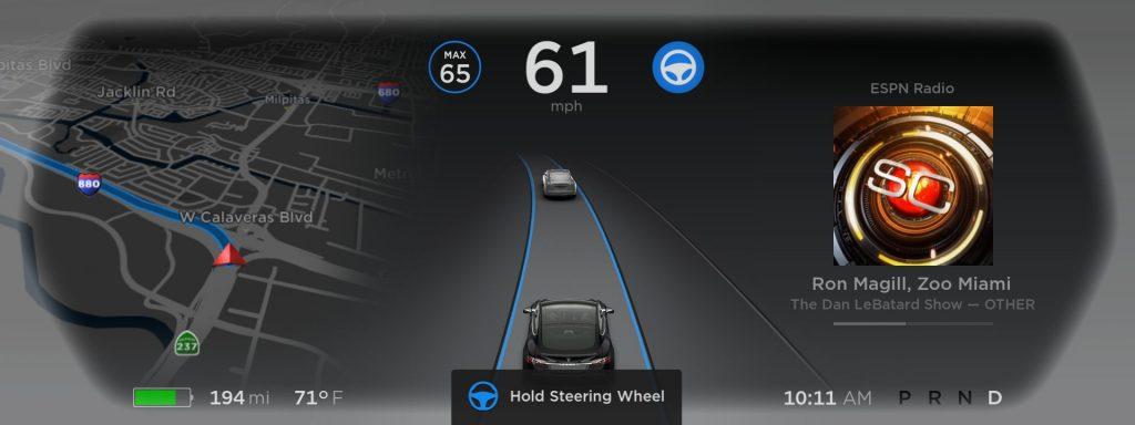 Tesla ręce na kierownicy