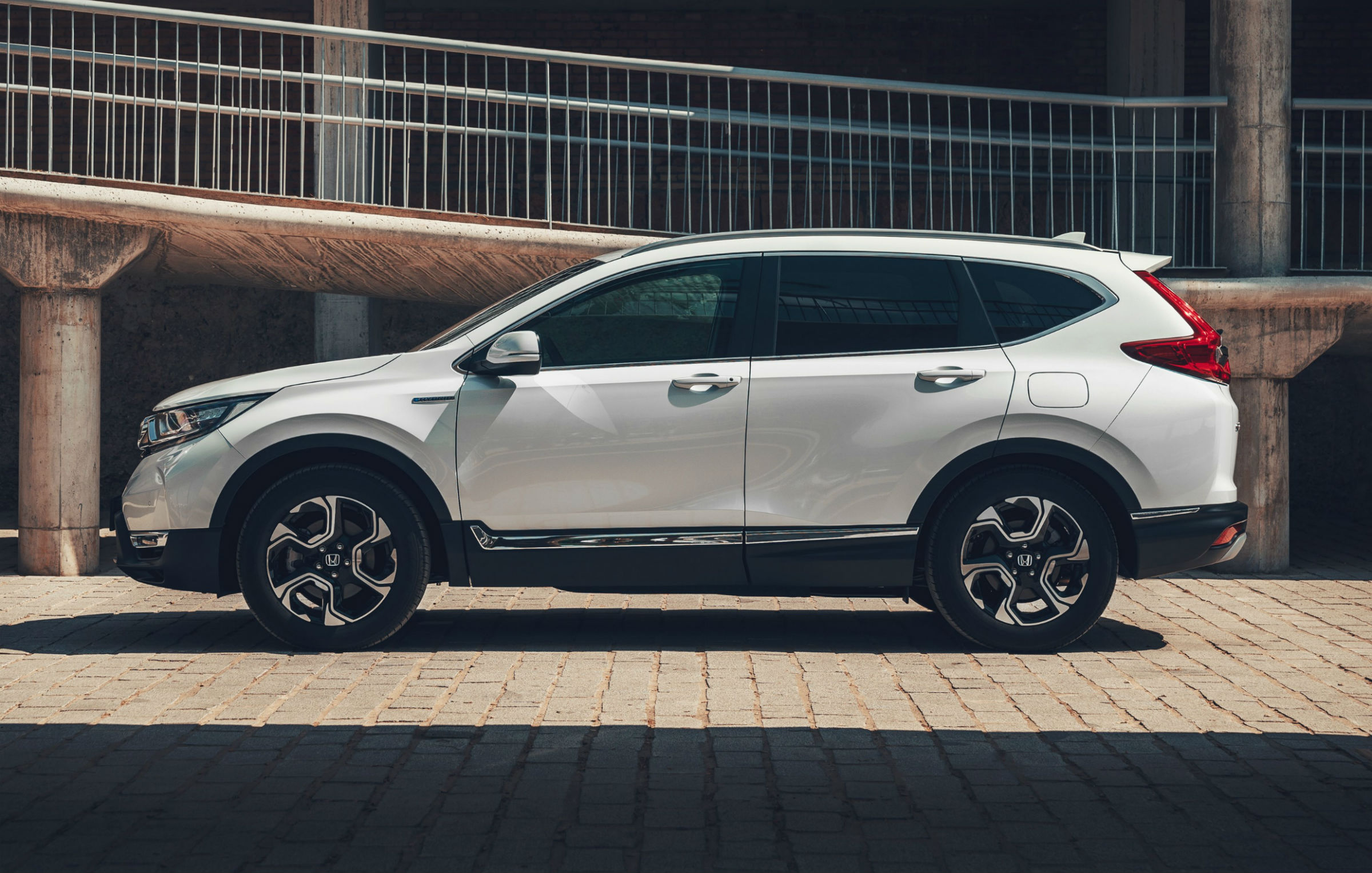 Honda CR-V hybrid cena