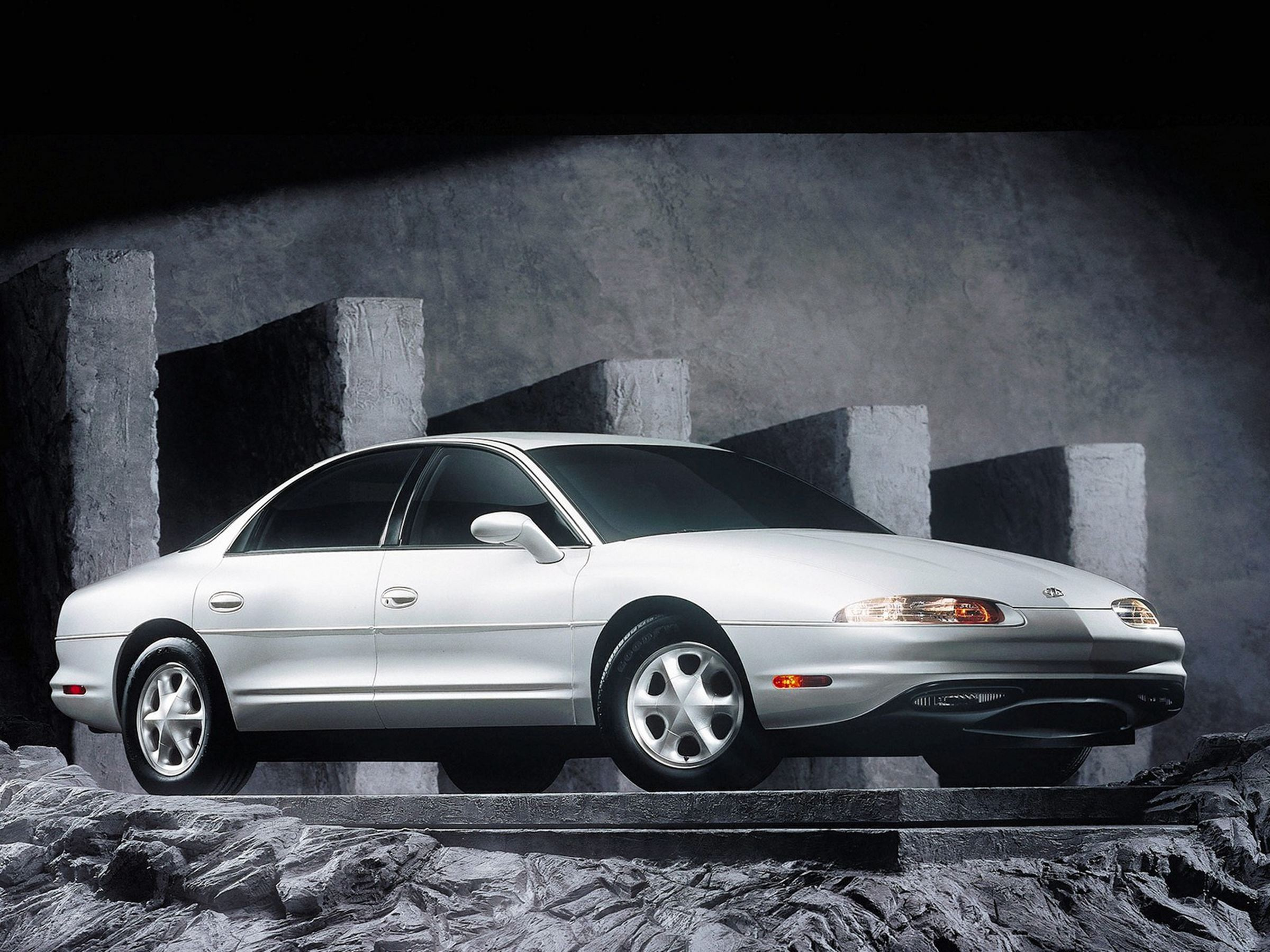 Oldsmobile Aurora historia