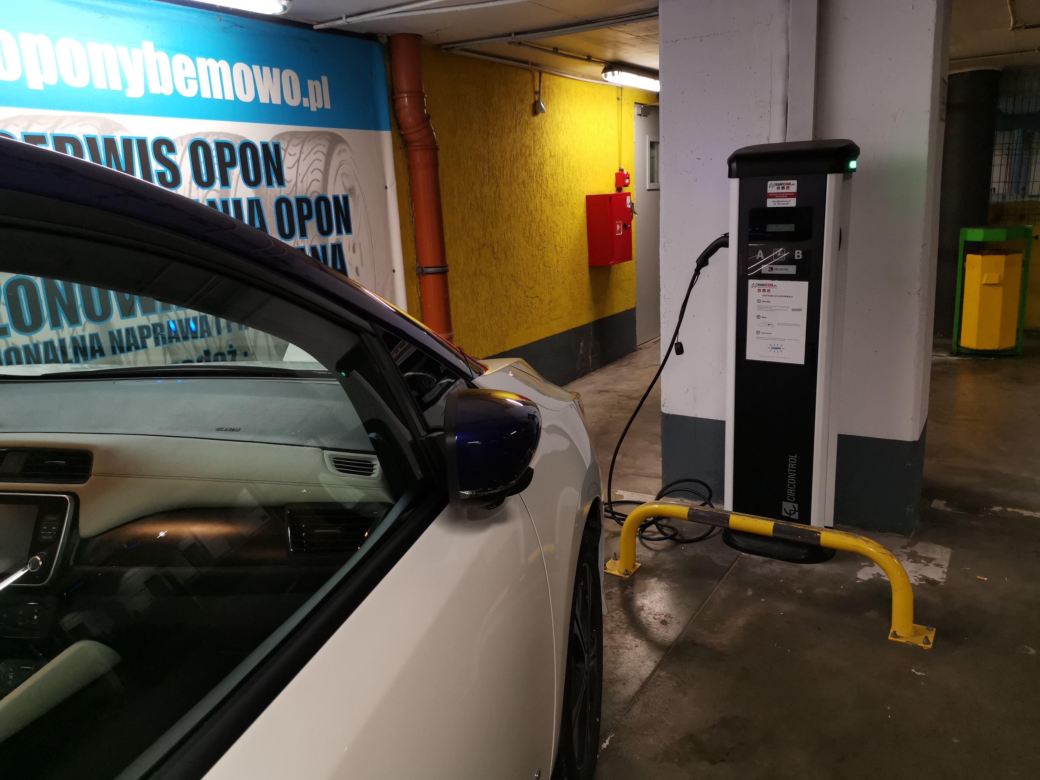 samochód elektryczny w bloku