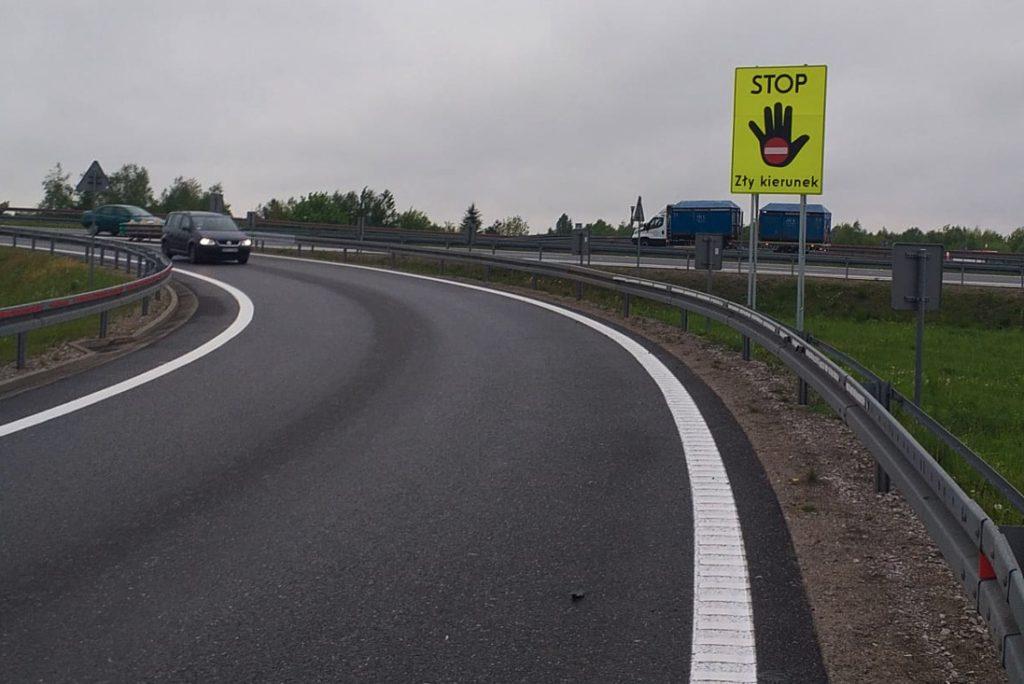 jazda pod prąd na autostradzie znak