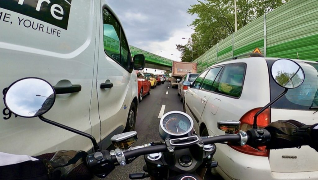jazda między samochodami a przepisy