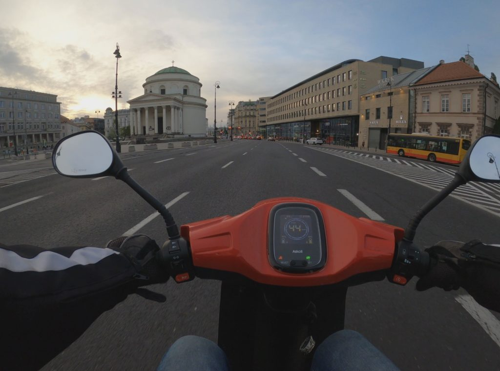 elektryczny skuter w mieście