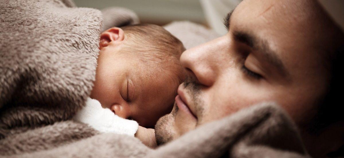 Urlop tacierzyński zyskuje na popularności – zmiany i ułatwienia dla ojców