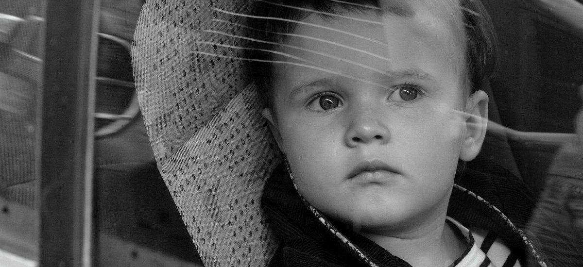 Dziecko w zamkniętym aucie, a na dworze upał – mogę stłuc szybę?