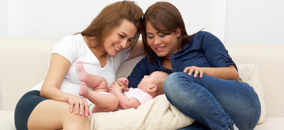 Dziewczynka wychowywana przez dwie matki nie dostała aktu urodzenia