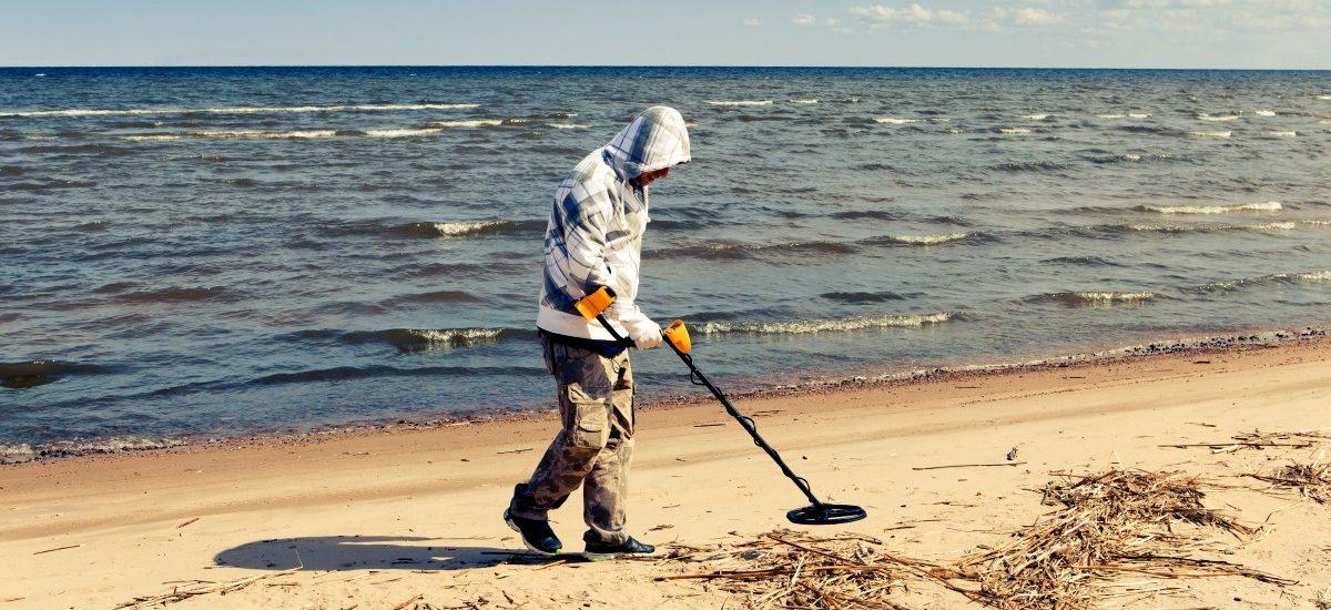 Przeszukiwanie plaż z wykrywaczem metalu w zachodniopomorskim w pełni legalne