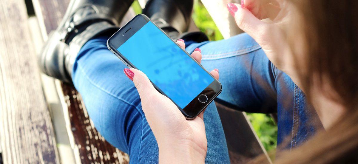 Areszt i mandat za ładowanie smartfona z publicznego gniazdka