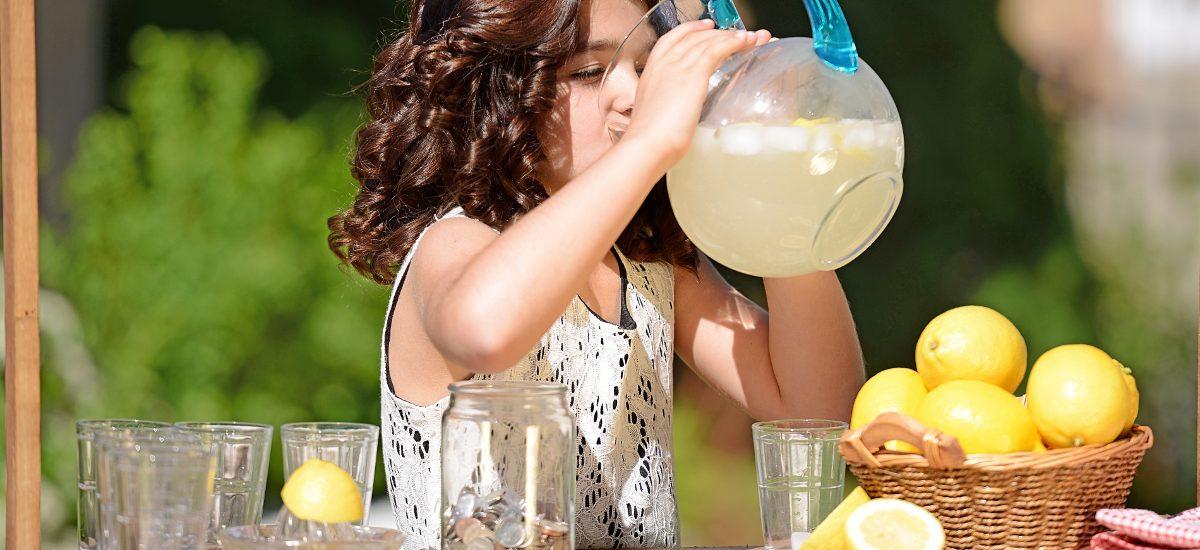 Czy dziewczynka z lemoniadą dostałaby w Polsce mandat (jak twierdzi JKM)?