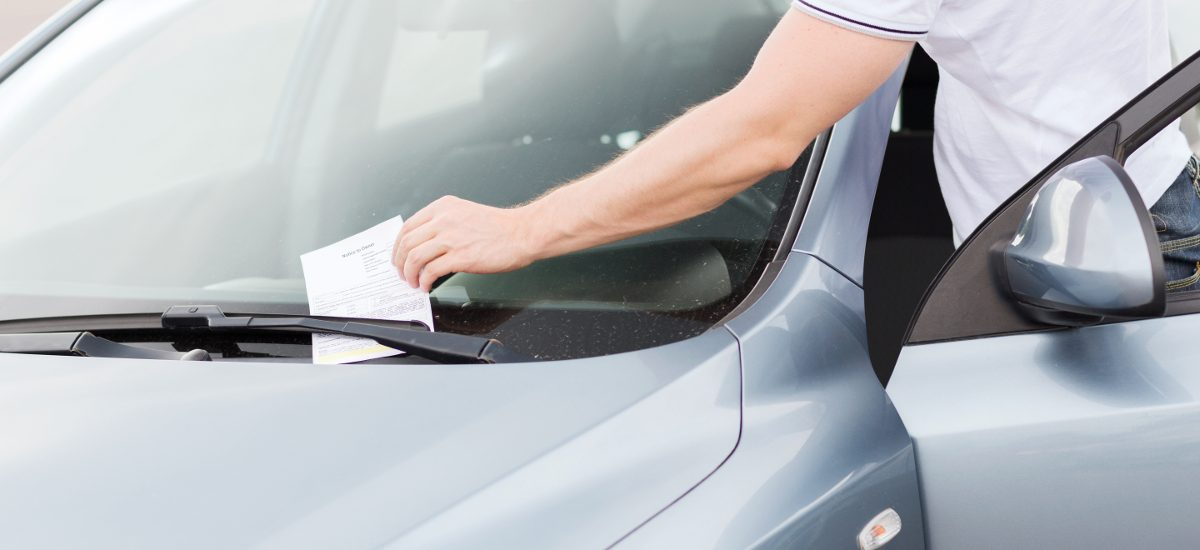 Uważaj, zza wycieraczek kradną mandaty za parkowanie