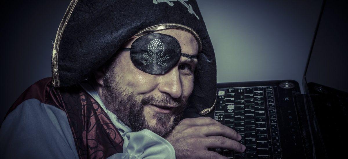 Policjanci zabezpieczają komputery osób podejrzanych o rozpowszechnianie filmu Wkręceni