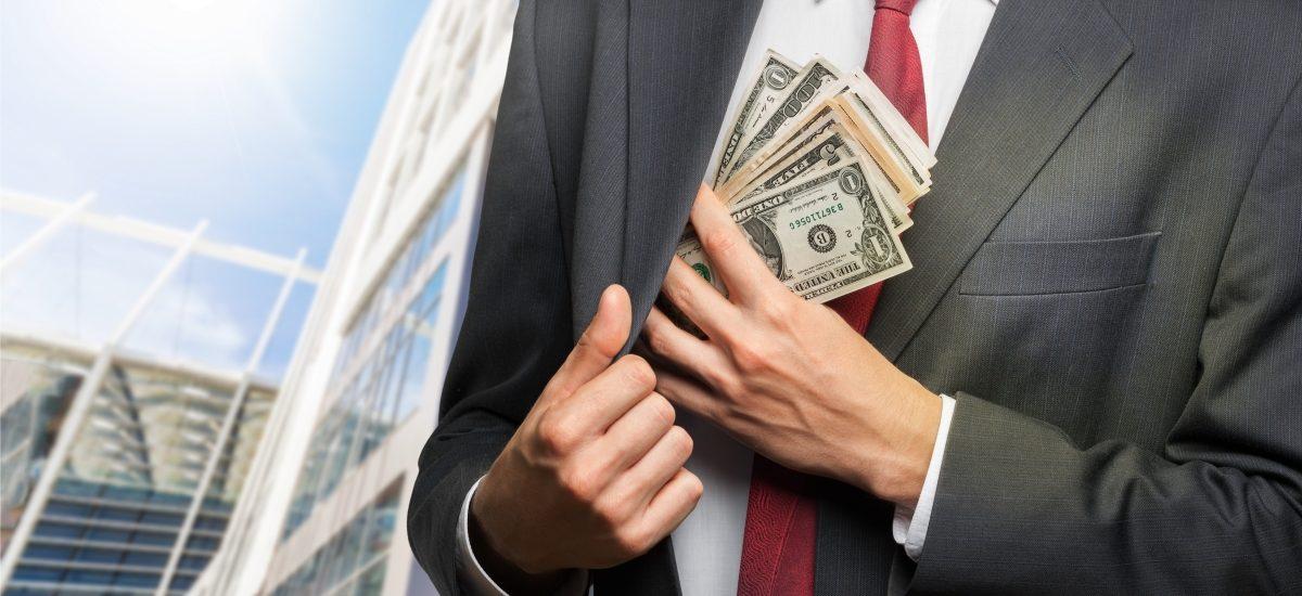 Duża afera korupcyjna w hipermarketach – szef przyjmował łapówki i usuwał wybrane towary ze sklepów