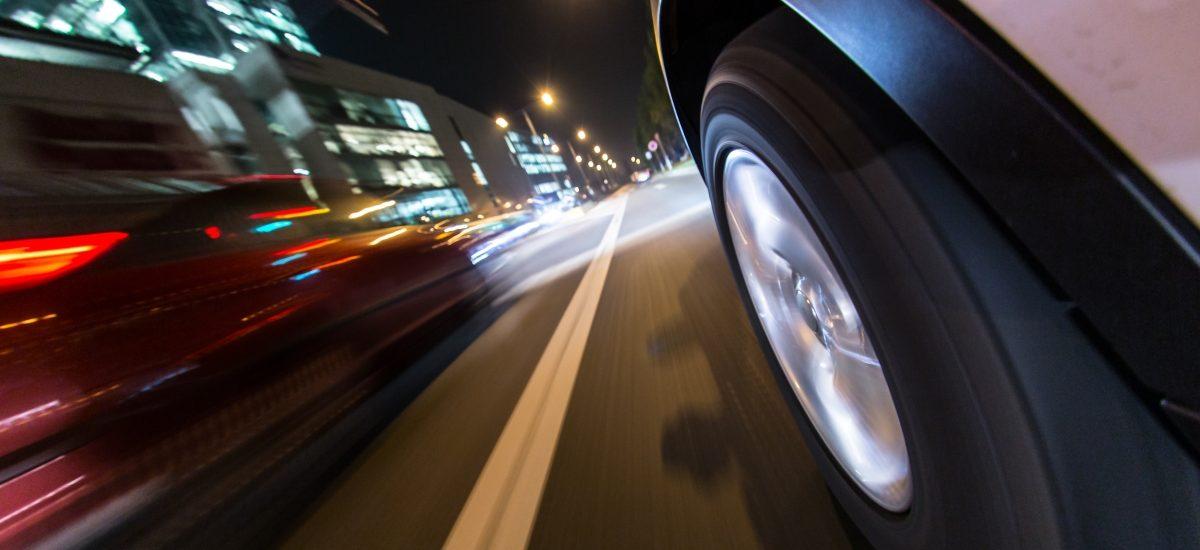 """Kierowca uniewinniony, bo policjanci """"siedzieli mu na ogonie"""" zmuszając do przekroczenia prędkości"""