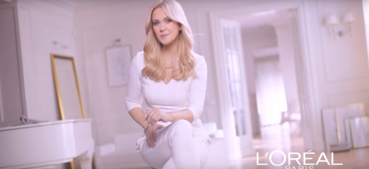 Gwiazda reklamuje farbę do włosów w peruce – czy to nieuczciwa reklama?