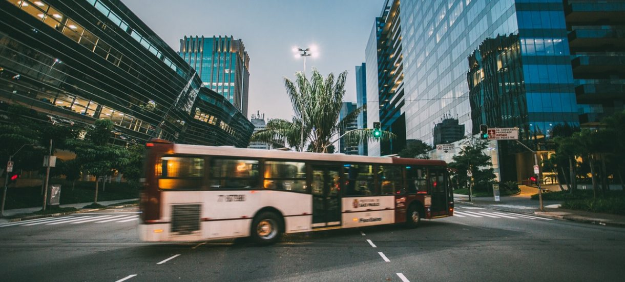 Poślizgnięcie na stopniu autobusu bez odszkodowania?