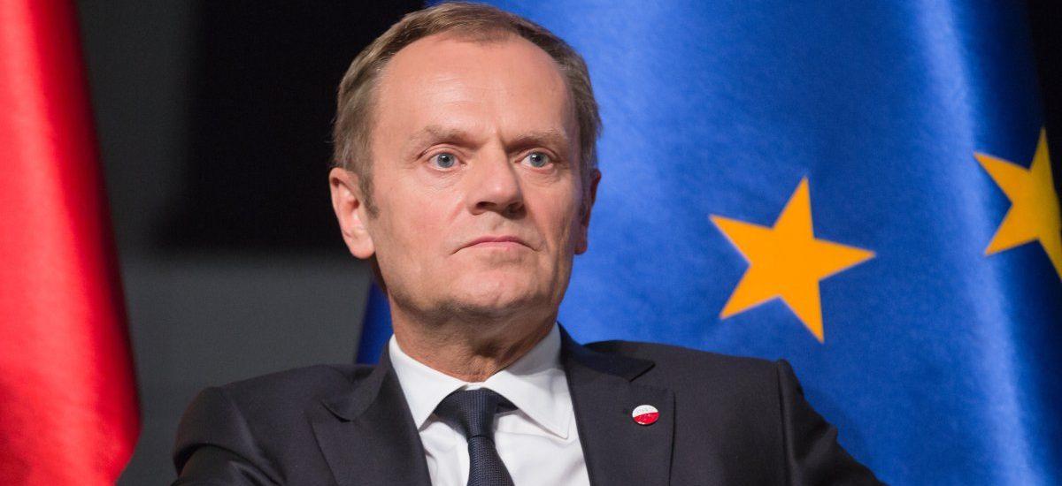 """Wyjaśniamy """"Wiadomościom"""", dlaczego Tusk nigdy nie zostanie prezydentem USA"""