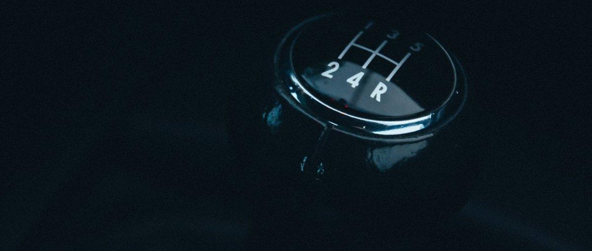 Jazda na LED-ach i wyprzedzanie – 5 największych grzechów polskich kierowców