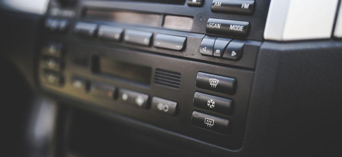 Pocztowiec zagląda do twojego samochodu? A płaciłeś abonament RTV za radio samochodowe?