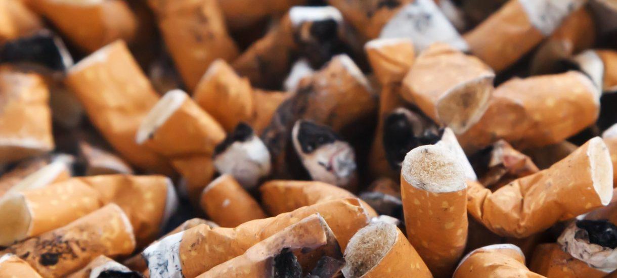 Opakowania papierosów z drastycznymi zdjęciami źle wyglądają na półkach? Biedronka znalazła na to sposób