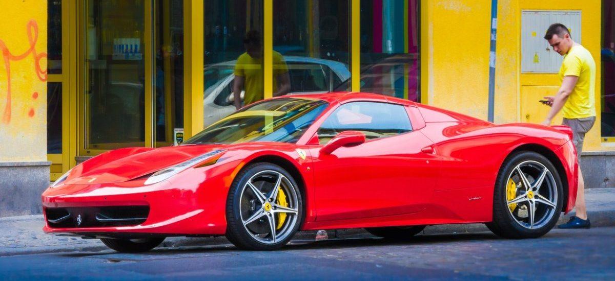 Wpadł w dziurę, uszkodził Ferrari, pozwał miasto, dostał 10 000 funtów odszkodowania